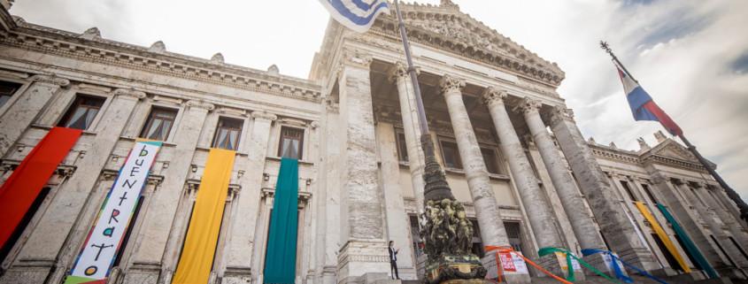 Claves_Abrazo_del_buentrato_21oct2015_abrazo-Palacio-Legislativo-7-1024x682