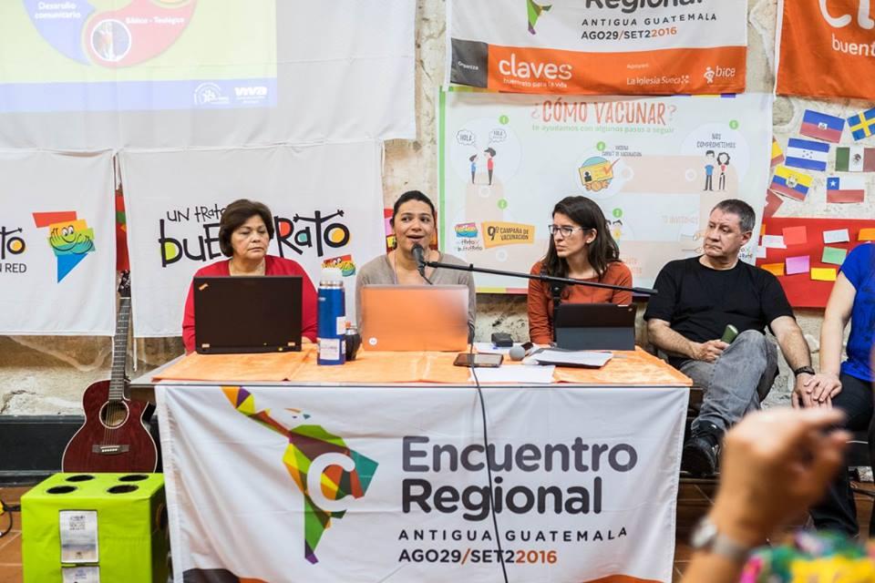 Momento en el cual Nicaragua a través de Karline Urbina nos contó cómo han aplicado la Campaña del Buentrato en su país, así como toda la metodología Claves. Acompañan a su derecha María Luna de Honduras, a su izquierda Luciana Noya (uruguaya viviendo en Brasil) y Eduardo Robayna de Villa María (Argentina).